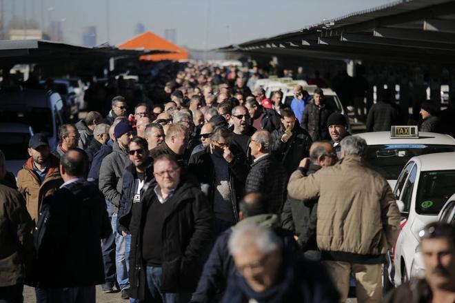 Votación en el referéndum de los taxistas, en la T4 del aeropuerto de Barajas.