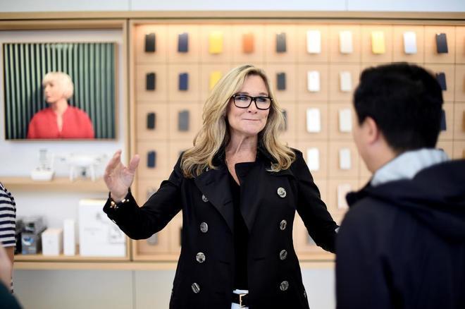 Angela Ahrendts en una tienda de Apple en San Francisco.