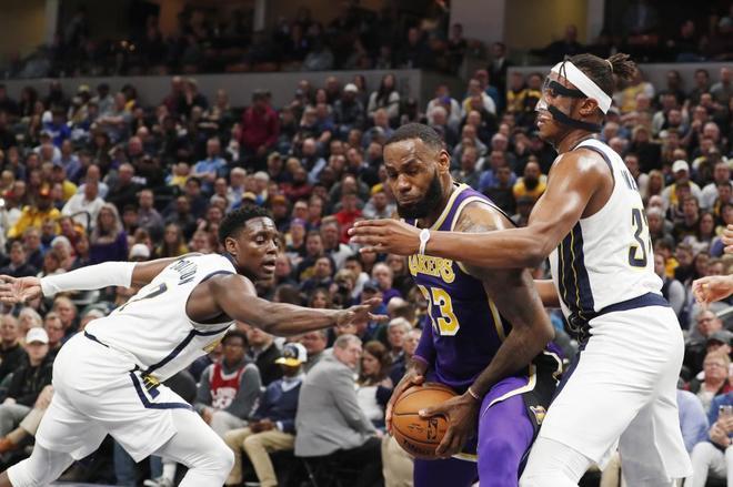 LeBron James trata de anotar ante los jugadores de Indiana Turner (dcha) y Collison (izda).