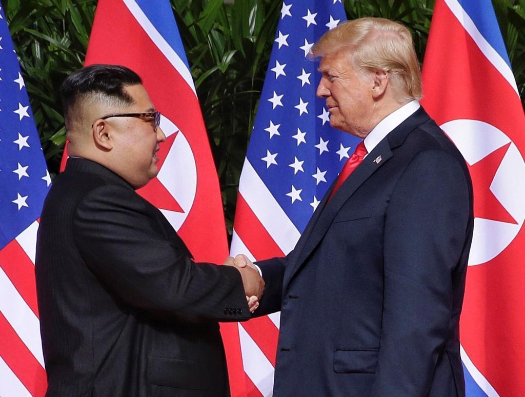 El mandatario norcoreano, Kim Jong-un, estrecha la mano de su homólogo estadounidense, Donald Trump, en Singapur en junio de 2018.