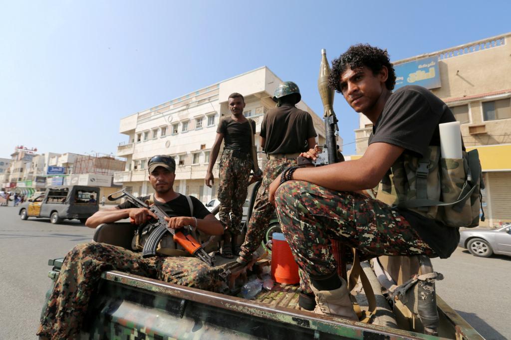 Rebeldes hutíes patrullan una calle en Hodeida, Yemen.