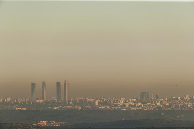 Imagen de la boina sobre la ciudad de Madrid vista desde Torrelodones.