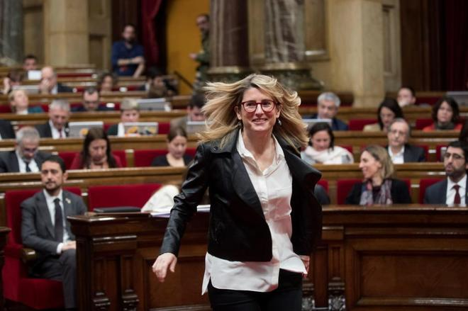 La consellera de Presidencia y portavoz del Govern, Elsa Artadi, sale del hemiciclo esta mañana