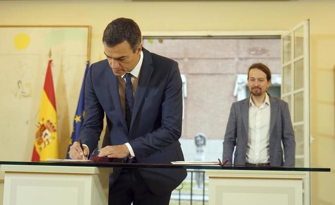 El presidente del Gobierno, Pedro Sánchez, firma el acuerdo para la subida del SMI pactada con Podemos.