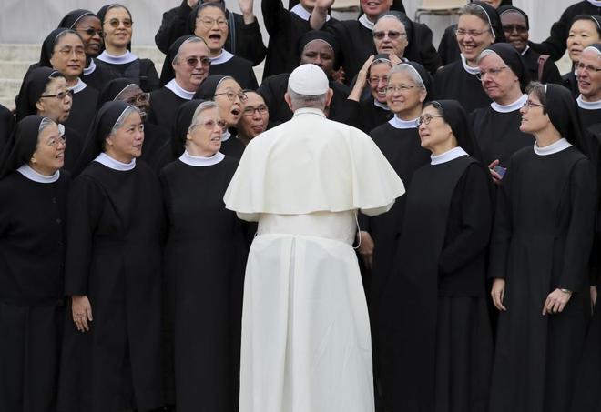 El Papa Francisco habla con un grupo de religiosas en el Vaticano.