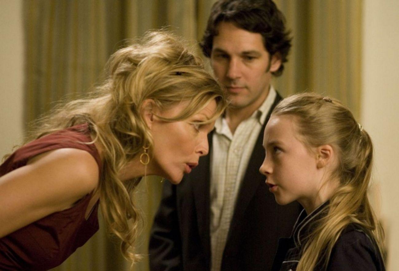 Una jonvencísima Saoirse Ronan interpreta a Izzie, la hija de una...