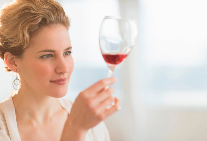 Mirar el vino es el primer paso. Pero no exageremos, sobre todo si no tenemos ni idea.