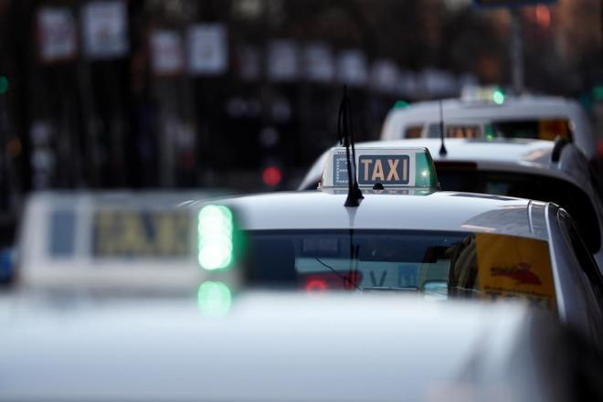 Varios taxis tras el fin de la huelga en Madrid.