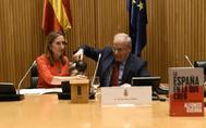 Alfonso Guerra sirve agua a la presidenta del Congreso, Ana Pastor, en la presentación de su libro.