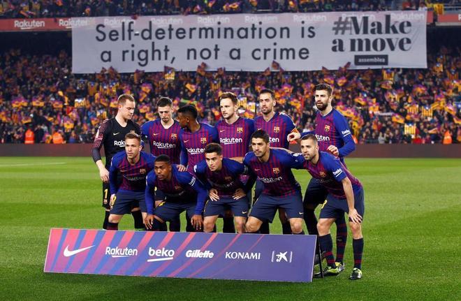 Una pancarta reclama el derecho a la autodeterminación, en el Camp Nou.