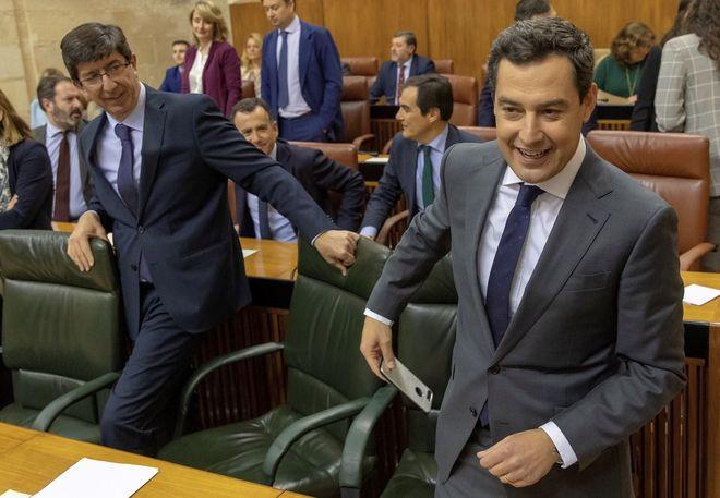 Juan Marín y Juanma Moreno, este miércoles, en el pleno del Parlamento andaluz.