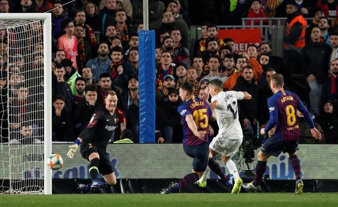 Lucas Vázquez remata ante Ter Stegen, en el gol del Madrid en el Camp Nou.