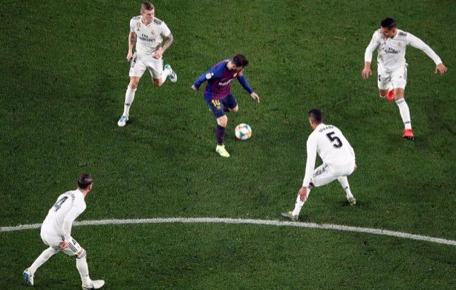 Mesi, rodeado por Kroos, Varane, Casemiro y Ramos, en el Camp Nou.