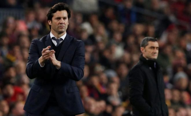 Solari, con Valverde al fondo, en el Camp Nou.