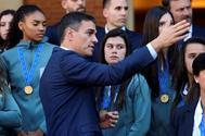 El preidente del Gobierno, Pedro Sánchez, durante la visita de la selección española sub-17 de fútbol a La Moncloa