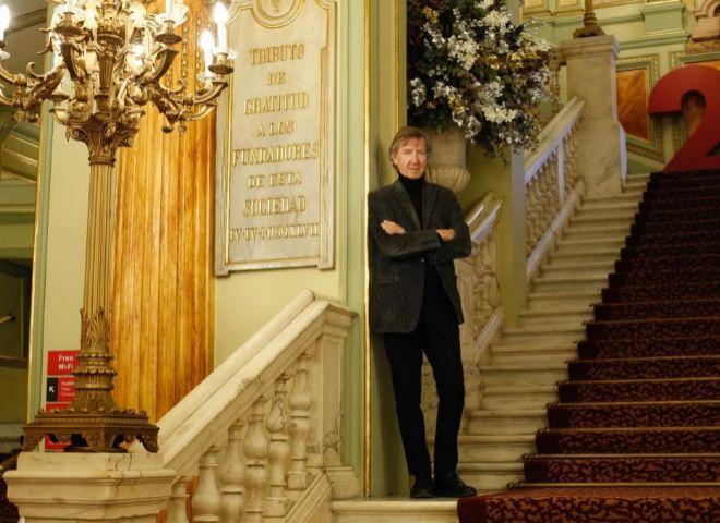 El autor de 'El enigma de Lea', fotografiado en el Liceu de Barcelona.