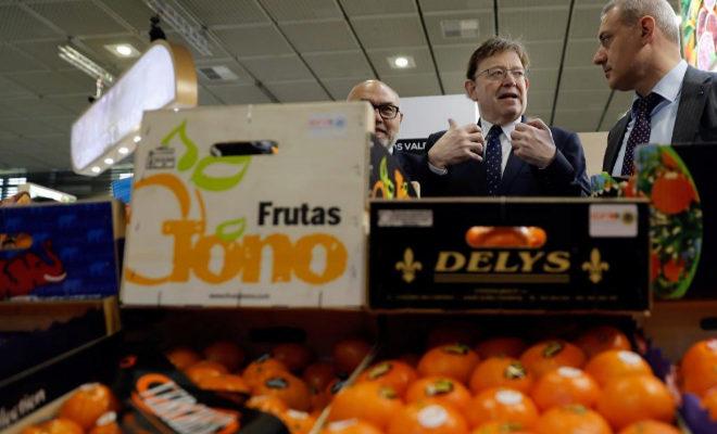 El presidente de la Generalitat, Ximo Puig, durante el recorrido en la feria hortofrutícola Fruit Logistica de Berlín.