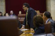 El portavoz de Vox en el Parlamento andaluz, Francisco Serrano, durante una intervención en la Cámara.