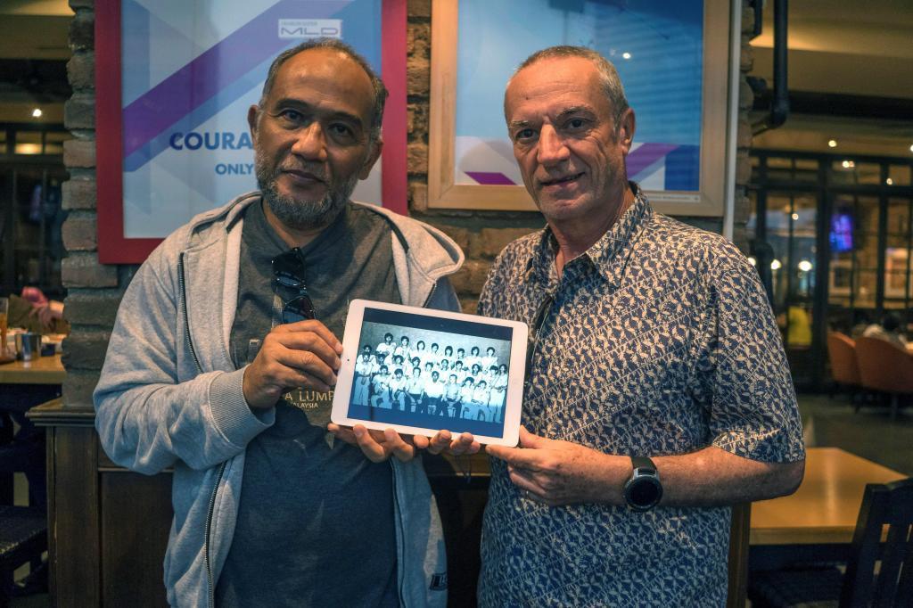 Erwind Noor y Juan Olaechea con una foto de jugadores vascos de cesta punta  en Indonesia.