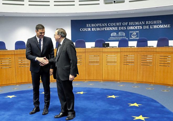 El presidente del Gobierno, Pedro Sánchez, saluda al presidente del...