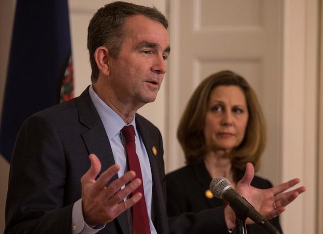 El gobernador de Virginia, Ralph Northam, acompañado de su mujer.