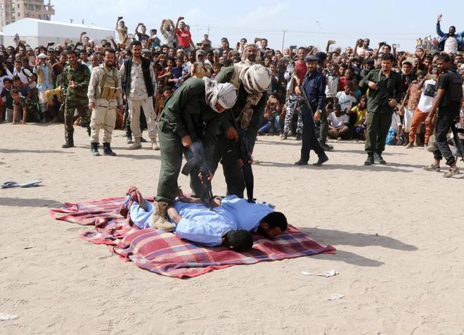 Agentes de policía del Gobierno yemení preparan a Wadah Refat y Mohamed Khaled para su ejecución, en Adén.