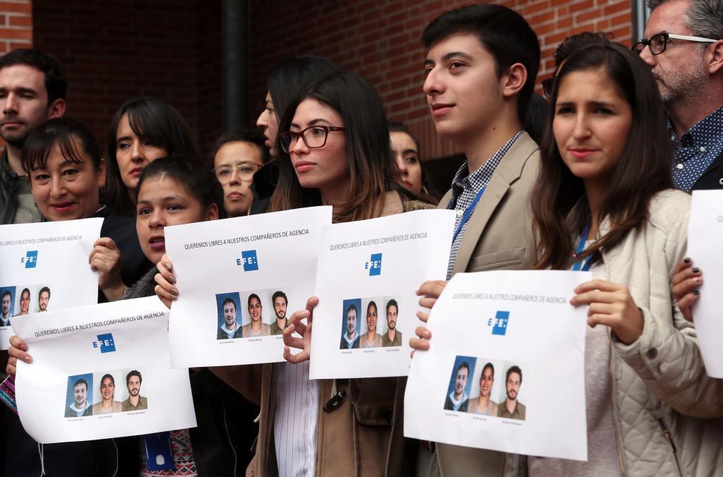 Empleados de la agencia Efe en Colombia se manifiestanen defensa de los tres compañeros que fueron detenidos en Venezuela.