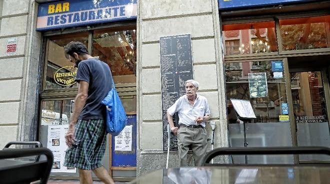 Una calle del barrio del Raval de Barcelona en una foto de archivo. SANTI  COGOLLUDO 02aa79cb6ea