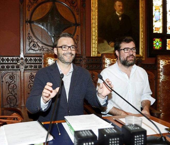 José Hila, en su último pleno municipal como alcalde de Palma, junto a su sucesor Antoni Noguera.