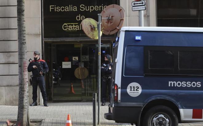 Agentes de la ARRO, ante la sede de la Fiscalía Superior de Cataluña, en Barcelona