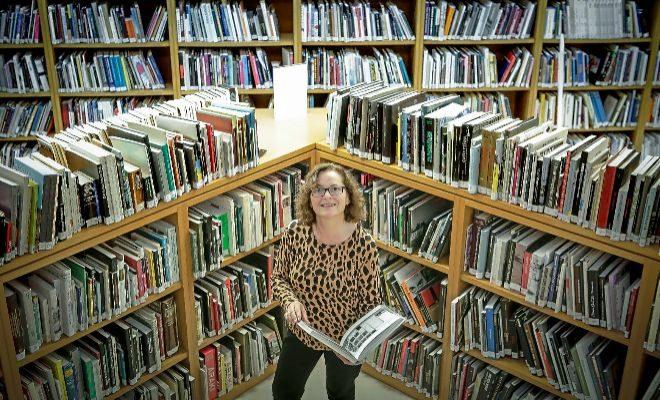 Eloísa García, a la biblioteca de l'IVAM.