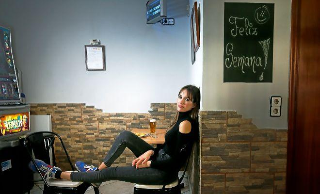 A l'alacantí barri de Carolines, l'actriu escull el bar que porta la seua família, un lloc que definix com la seua segona casa.