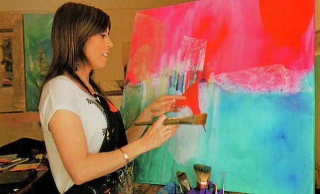 Gaby Acevedo, pintando.