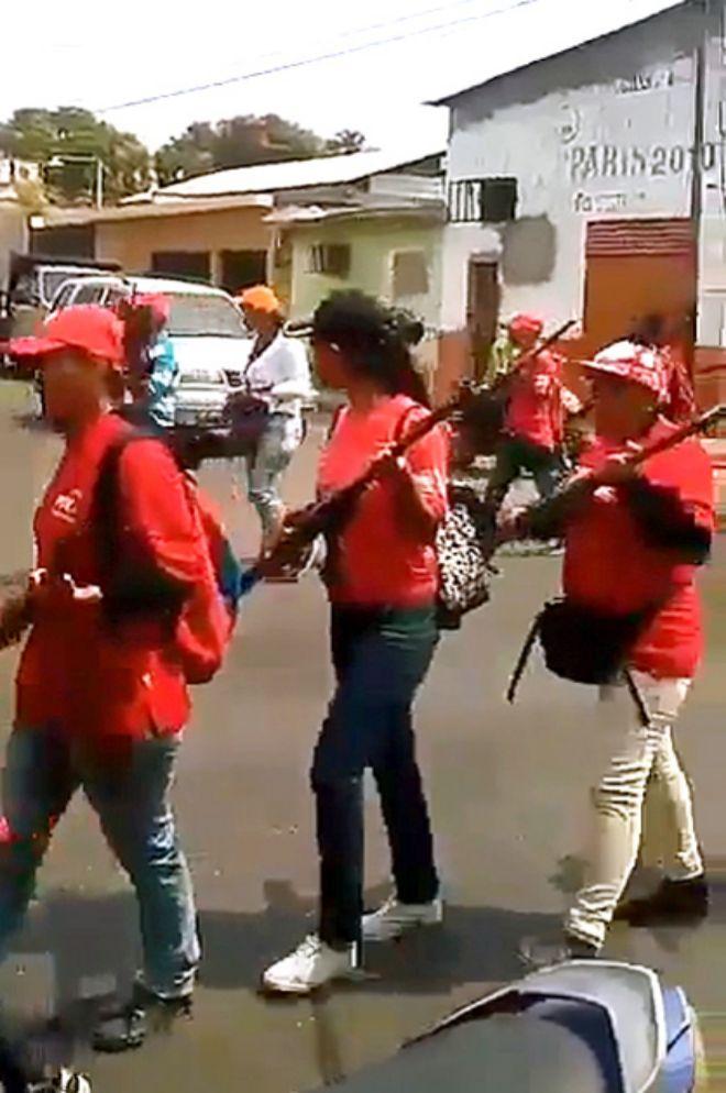 Milicianos afectos a Nicolás Maduro desfilando desordenadamente el pasado martes e imponiendo su voluntad en Sabaneta, cuna de la revolución.