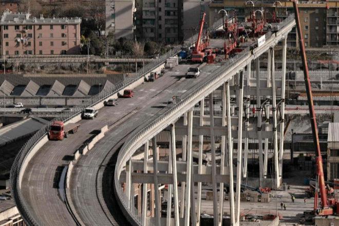 Los obreros realizan trabajos técnicos en la sección oeste del puente Morandi.