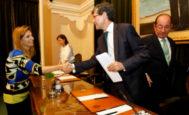 Amparo Marco saluda a Alfonso Bataller, cuando éste era aún alcalde de Castellón.