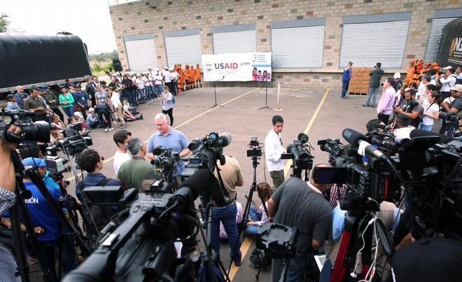 Decenas de periodistas a las puertas de los almacenes donde se guarda el cargamento con la ayuda humanitaria para Venezuela este viernes, en un centro de acopio en el puente internacional de Tienditas, en Cúcuta (Colombia).