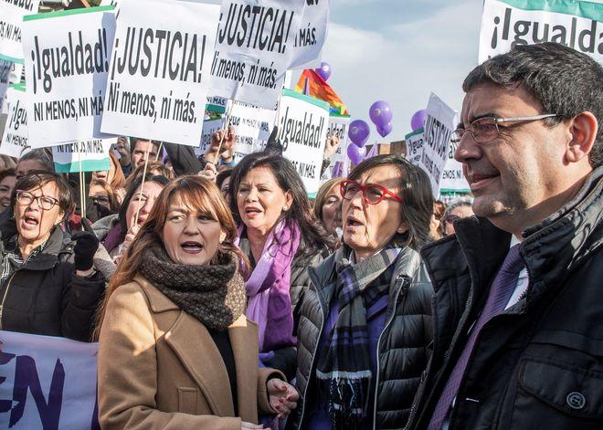 Representantes del gobierno en funciones y del PSOE andaluz en la manifestación por la igualdad y contra Vox en el Parlamento andaluz el pasado 15 de enero.