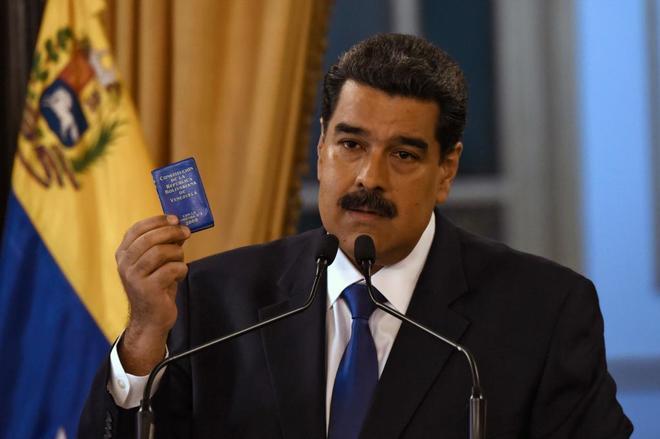 El presidente de facto de Venezuela, Nicolás Maduro, muestra una...