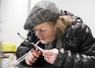 María, fumando heroína en una sala terapéutica de Barcelona.