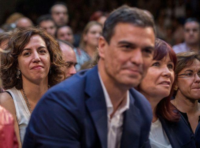 Pedro Sánchez en primer plano e Irene Lozano, detrás a la izquierda, en un acto de 2015.