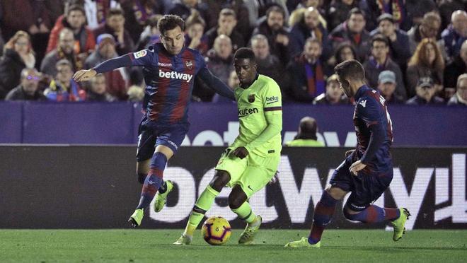 Toño, con Dembélé, durante el partido contra el Barça de Liga.