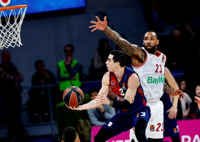 Vildoza intenta anotar ante Derrick Williams, del Bayern.
