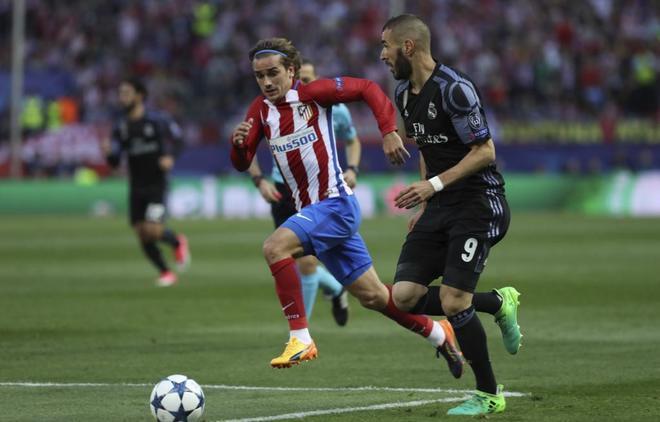 Benzema controla un balón, ante la mirada de Griezmann, en las semifinales de Champions de 2017.