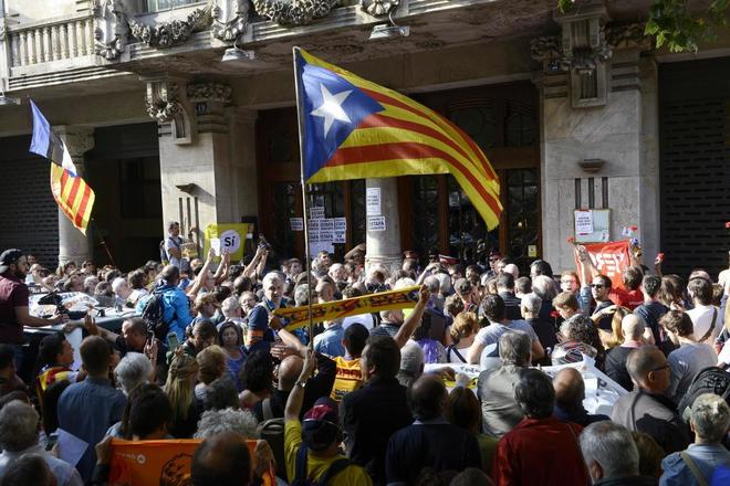 Manifestantes independentistas en el asedio a la Consejería de...