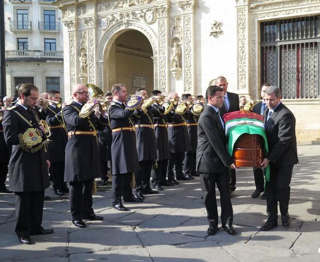 El féretro de Salvador Távora sale del Ayuntamieto para dirigirse al cementerio.