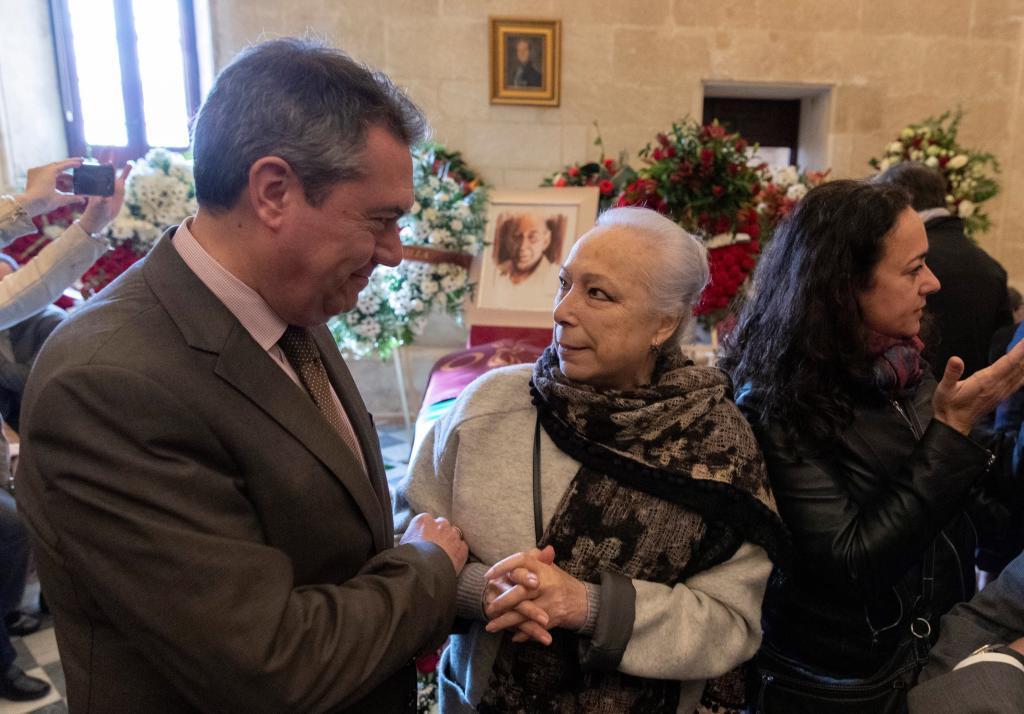 El alcalde de Sevilla, Juan Espadas (i), y la bailaora Cristina Hoyos...