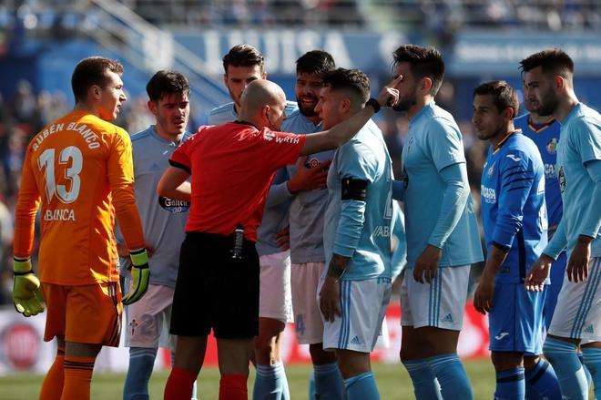 Los jugadores del Celta protestan al árbitro la expulsión de su compañero, Maxi Gómez.