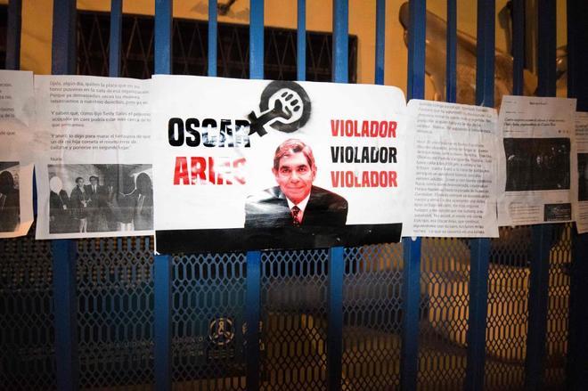 Protestas a la puerta de la Fundación Óscar Arias.