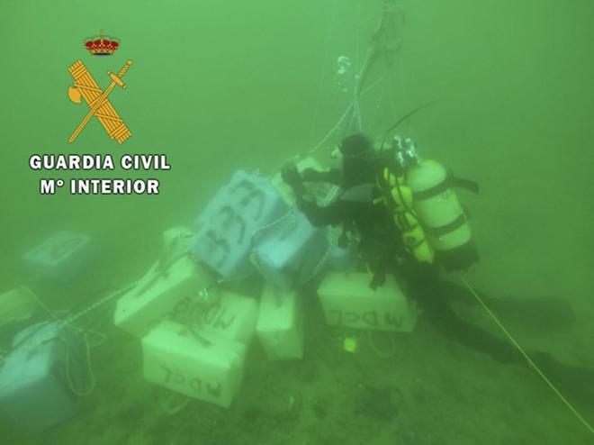 Fardos de hachís incautados por la Guardia Civil en 2018 en aguas de Almería.